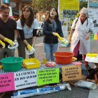 Cient�ficos lavaron los platos en Plaza Independencia contra el recorte de presupuesto