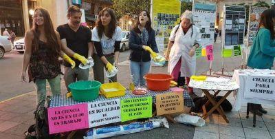 Científicos lavaron los platos en Plaza Independencia contra el recorte de presupuesto