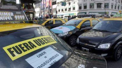 Los taxistas, en pie de guerra contra Uber: dicen que mañana anunciarán medidas de fuerza