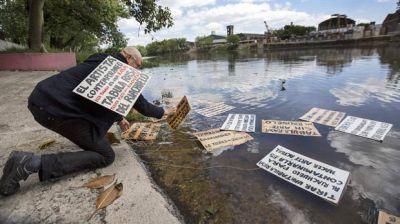 Tabula rasa: una denuncia artística y paródica en las tóxicas aguas del Riachuelo