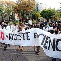Miembros de la comunidad universitaria lavaron platos contra el ajuste en Ciencia y Tecnolog�a