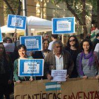 Profesores universitarios e investigadores protestaron frente a la Legislatura