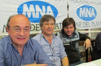 Una multitud junto a Leopoldo Moreau y Leandro Santoro