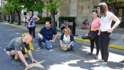 Pintaron estrellas rojas con el nombre de una víctima de violencia de género