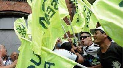 Los trabajadores tercerizados protestaron frente a Telefónica por despidos