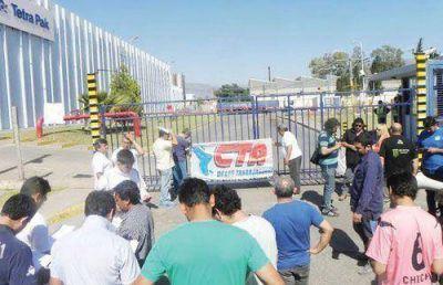Bloquean salida de camiones de la planta de Tetra Pak