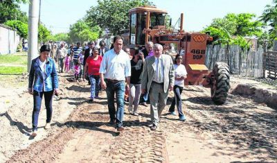 Infante supervisó mejoras de calles e iluminación en barrio