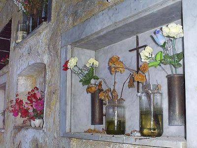 Campaña contra el dengue en el cementerio y gomerías