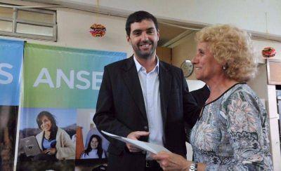 De paso por Mar del Plata, Basavilbaso entregó subsidios a centros de jubilados