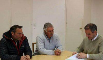 Santoro entregó aportes a escuelas e instituciones municipales