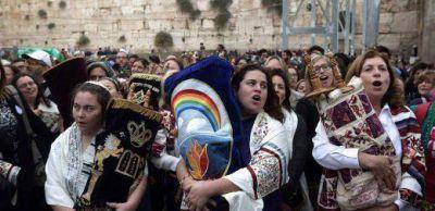 Por primera vez en la historia las mujeres rezaron con rollos de la Torá en el Muro de los Lamentos