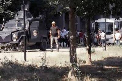 Nueve muertos en un atentado con coche bomba en Diyarbakir