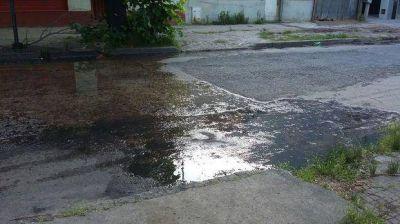 Vecinos reclaman por pérdidas de agua y desbordes cloacales