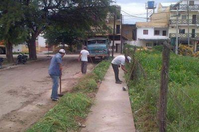 El Municipio Capitalino realizó tareas de desmalezamiento en el Bº E. Arjentino