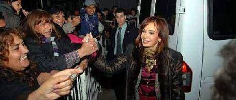 Cristina entregó viviendas y visitó una feria en Berazategui