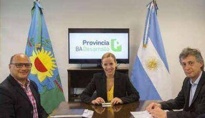 El intendente firmó un contrato para impulsar la instalación de luminarias LED en el municipio