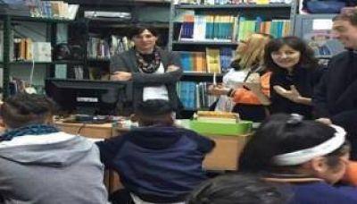 Campaña con gestión, Santilli y Soledad Acuña entregan netbooks