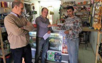 Avelino Zurro entregó nuevos subsidios a vecinos de Pehuajó