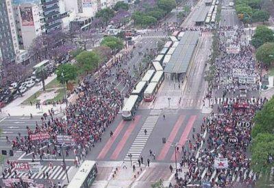 Organizaciones sociales cortaron la 9 de julio y reclaman el bono de fin de año