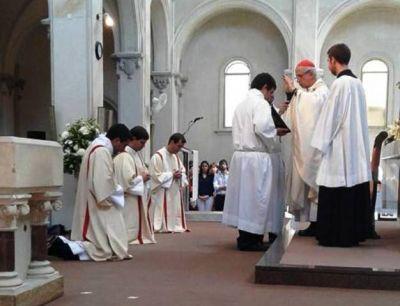 El cardenal Poli ordenó a tres nuevos sacerdotes porteños