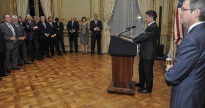 Dos gremialistas entre los asistentes a la embajada de EEUU, para festejar el triunfó de Hillary que no fue