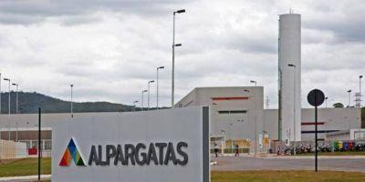 Crece la crisis en Alpargatas: ahora la empresa anuncia más de 3.600 suspensiones en cinco plantas y adelanta vacaciones