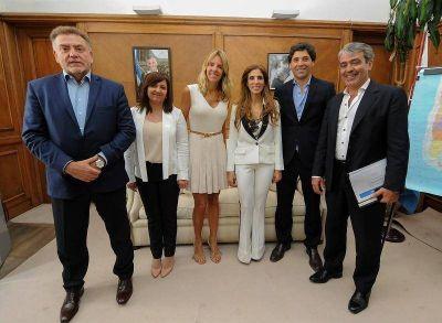La Gobernadora firmó importantes convenios en beneficio de nueve localidades del interior