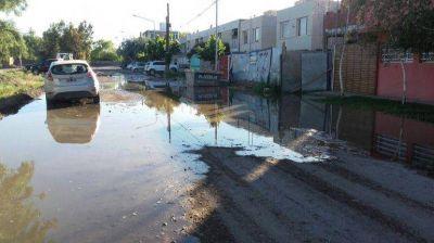 Vecinos denuncian que los desbordes cloacales están a punto de ingresar a sus hogares