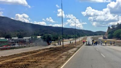 Vecinos de barrio Las Colinas cortaron la Ruta 9 y reclamaron por agua