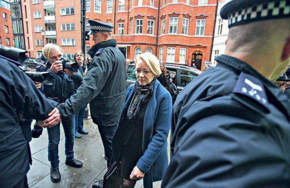 Una fiscal sueca interroga a Assange