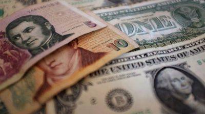 """La gran paradoja del blanqueo: dólar oficial, mucho más caro que el """"blue"""""""