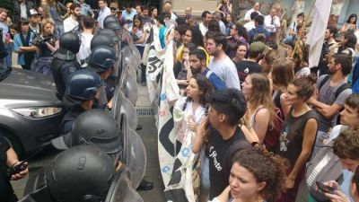 Docentes, estudiantes y trabajadores rodearon al ministro Bullrich
