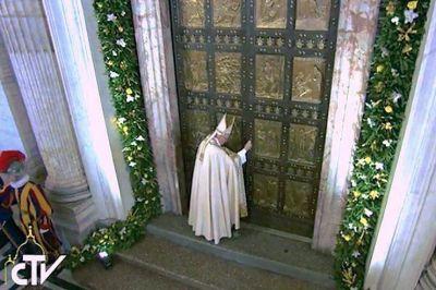 El Papa cierra la Puerta santa e invita a continuar el camino juntos