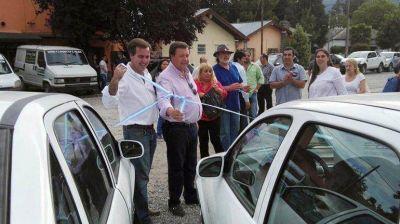 Weretilneck entregó aportes y autos en El Bolsón