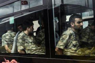 Despiden a más de 15.000 funcionarios acusados de golpismo