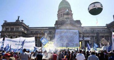 Tras movilizar con CGT, el Gobierno ofreció un bono de 2.000 pesos a los movimientos sociales