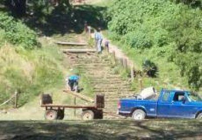 Refaccionan la escalinata ubicada frente al Paseo Público