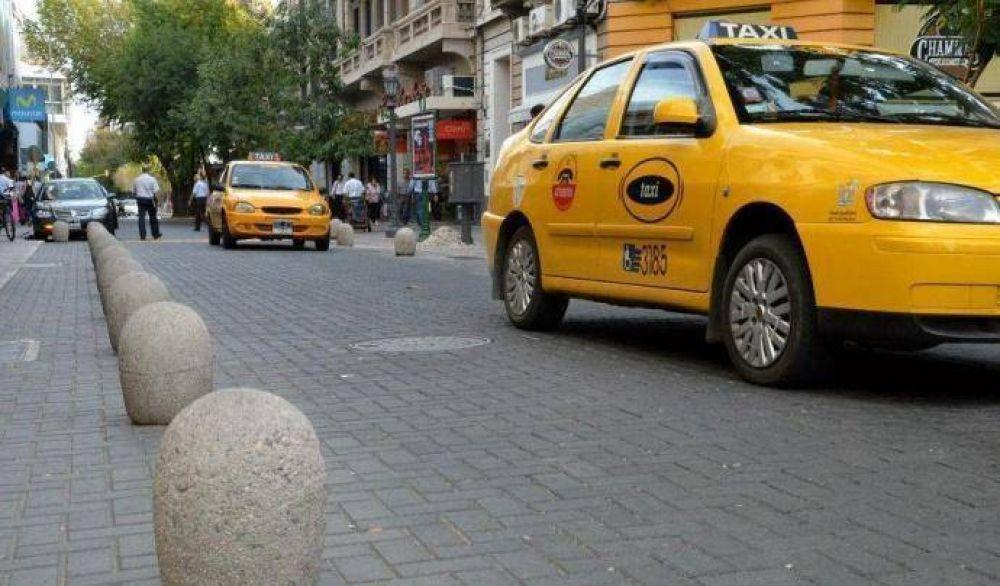 """Taxistas realizan un """"paro a la japonesa"""" en Córdoba"""
