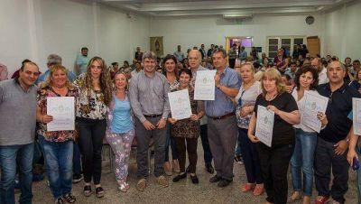 GRINDETTI PARTICIPO DEL ACTO DE ENTREGA DE 150 ESCRITURAS A VECINOS DEL DISTRITO