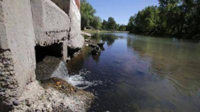Bajó el agua y se descubrió un caño que contamina el Limay