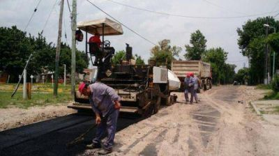 El Municipio transforma más calles de tierra en nuevos asfaltos
