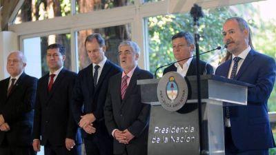 En medio del debate por Ganancias, pocos gobernadores posaron con Macri