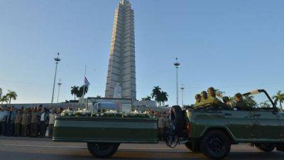 Las cenizas de Fidel Castro emprenden su viaje final a Santiago de Cuba
