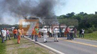 Ex trabajadores de Vialnoa cortan la ruta 9 a la altura de Tapia