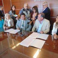 Firman convenio para mejorar la salud vocal de los docentes