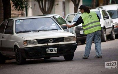 Cuidacoches denunció que un funcionario le pidió el 50% de la recaudación para poder trabajar