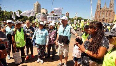 Cooperativistas marcharon hasta la Municipalidad en reclamo de aumento, aguinaldo y renovación de los contratos