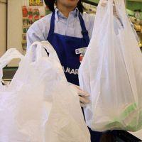 Los supermercados acusan a Ambiente por el cobro de bolsas