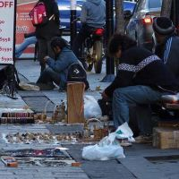 A pesar de los operativos, crece la venta ambulante en La Plata