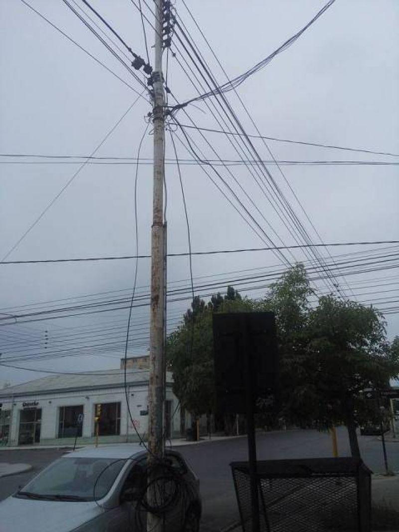 Es preocupante la cantidad de cables que sostienen los postes de la luminaria pública